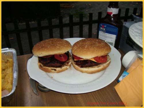 """Burger """"Fire Eater Style"""" und Currywurst-Kartoffel-Spieße"""
