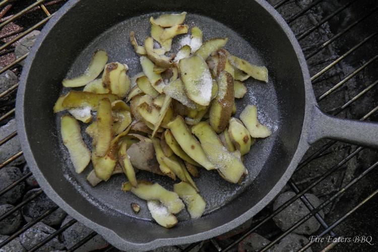 Kartoffelschalen in die Pfanne geben