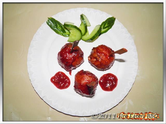 Bild - Einige MOINKBalls angerichtet mit Gurke und Barbecusauce