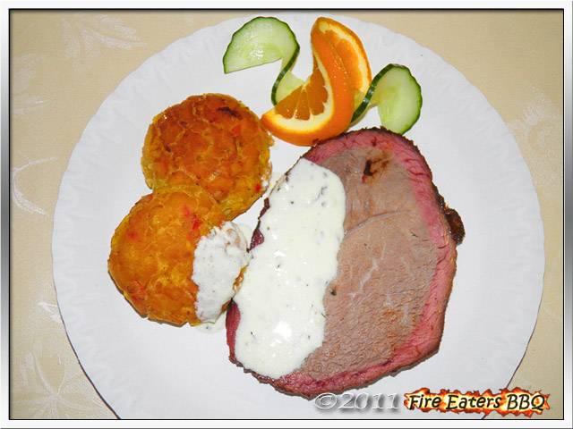 Bild - Hickory Smoked Beef Roast angerichtet mit Hush Puppies und Knoblauchsauce