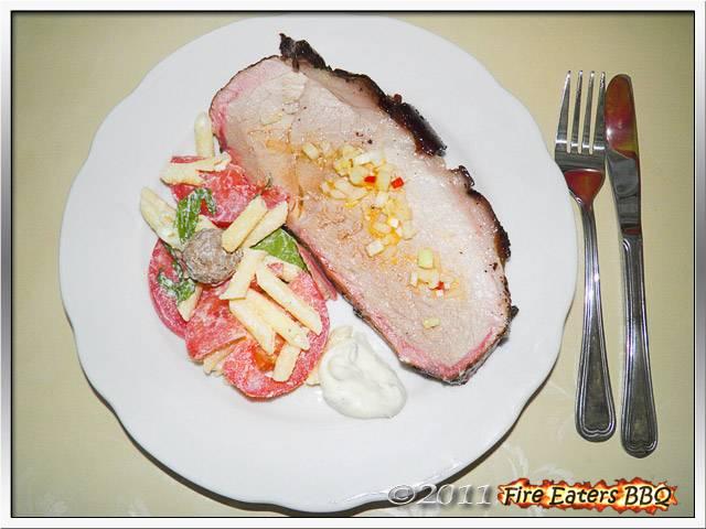 Bild - Eine Scheibe Schwartenbraten mit Makkaroni-Salat mit Ricotta-Sauce und Knoblauch-Aiolo mit Basilikum