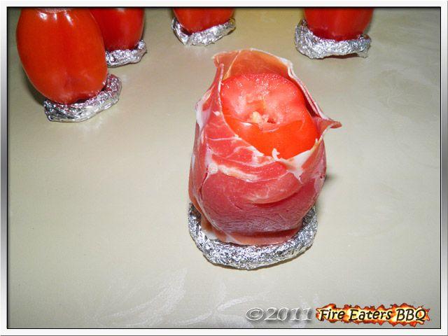 Bild - eine San Marzano Tomate vorbereitet zum Grillen