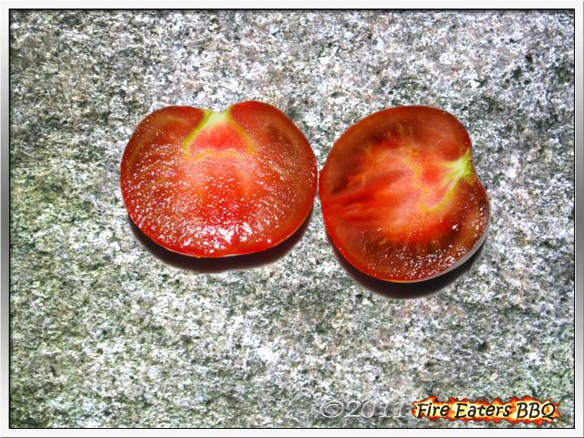 Bild - eine Black Russian Tomate im Schnitt