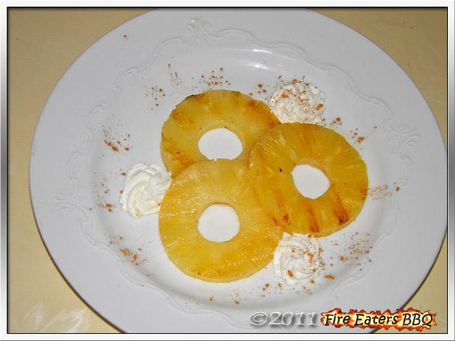 Eine Portion Ananas mit Koriander und Sahne