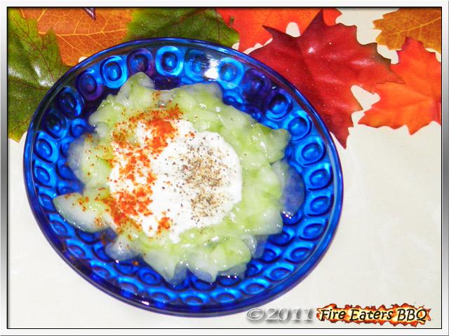 Bild - Eine kleine Portion Ungarischer Gurkensalat mit Sauerrahm
