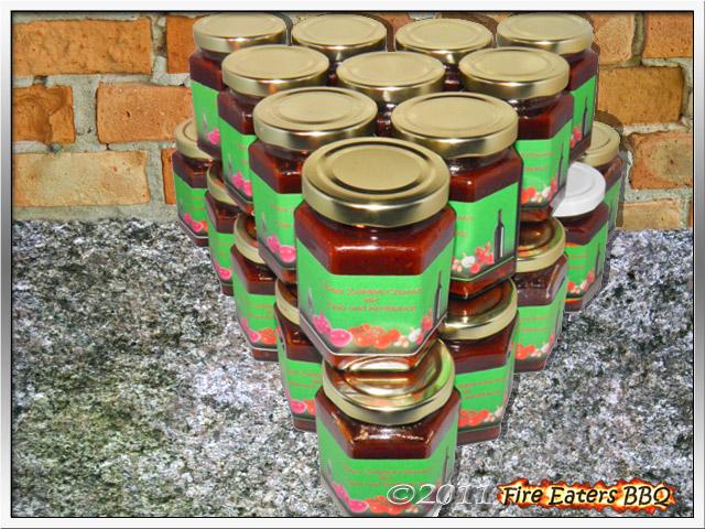 Einige Gläser Rotes Zwiebel-Chutney