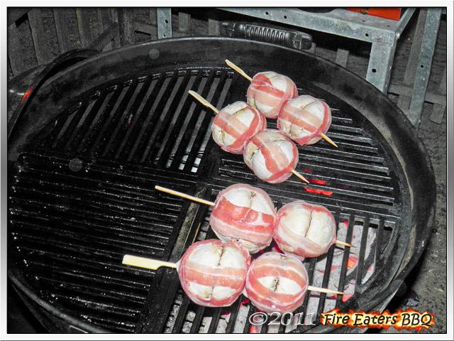 Gefüllte Pilzspieße in einem Baconmantel auf dem Grill