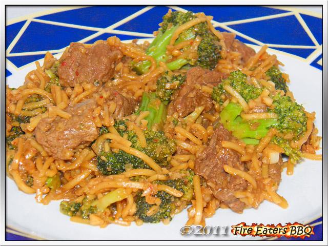 Tellerbild von asiatischen Woknudeln mit Rindfleisch und Brokkoli