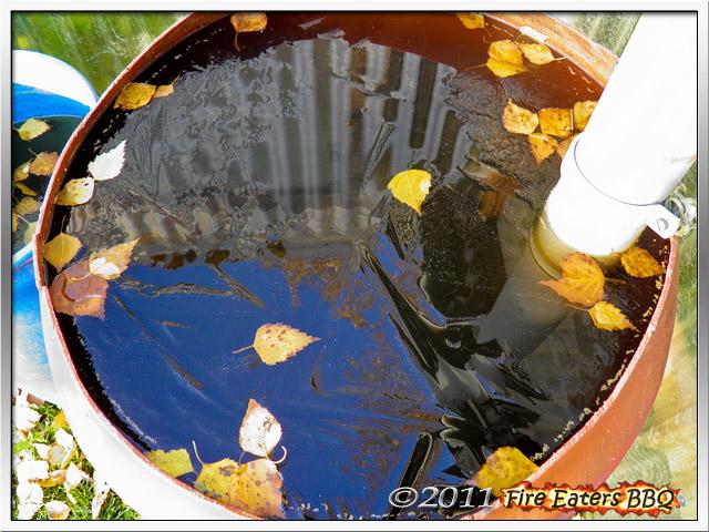 Eine dünne Eisschicht in einem Wasserfass
