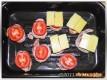Medaillons mit Tomaten und Käse belegen