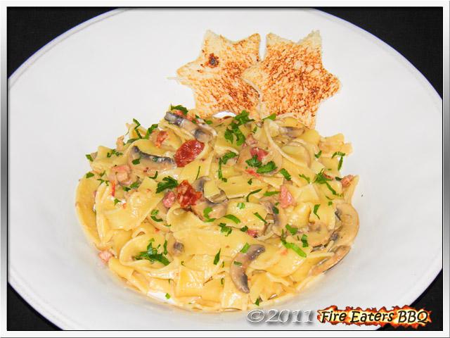 Eine Portion Pasta mit Sahnechampignons