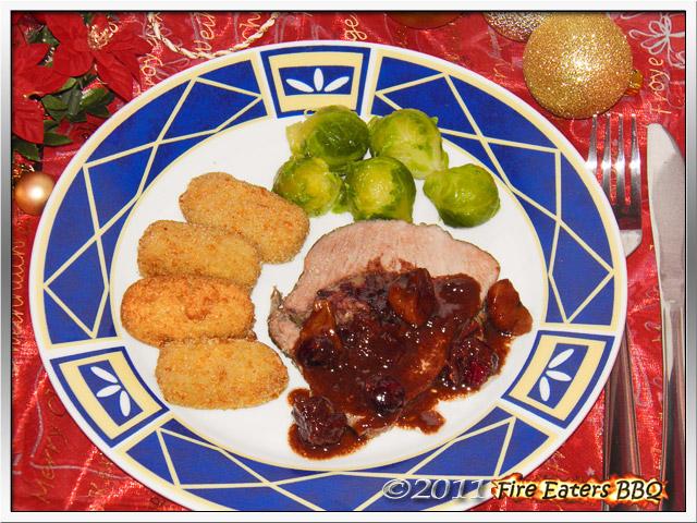 Weihnachtlicher Schweinebraten mit Maronen und Cranberries angericht mit Kroketten und Rosenkohl