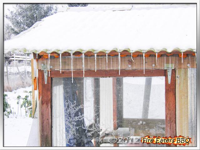 Eis und Schnee auf einem Gewächshaus