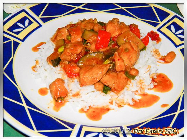 """Eine Portion Hähnchenpfanne """"Kung Bao Style"""" mit Reis"""