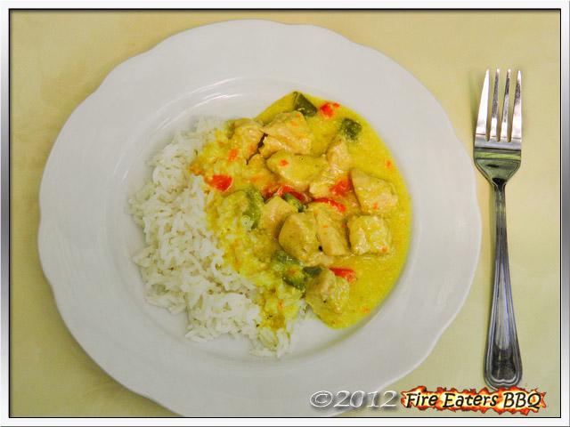 Putencurry mit Reis angerichtet