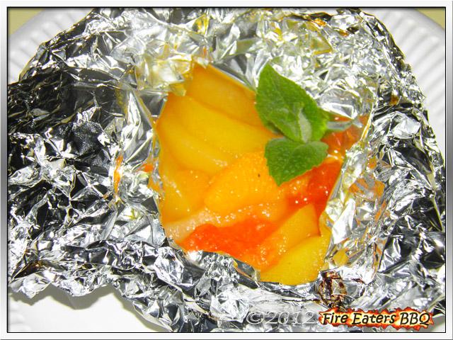 Gegrillter Obstsalat im Alufolienpäckchen angerichtet