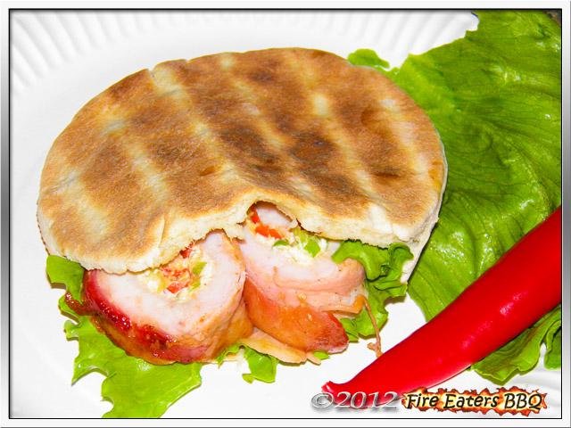Eine Pork Bacon Roll in einer Pitatasche serviert.
