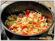 Paprika und Pilze dazugeben