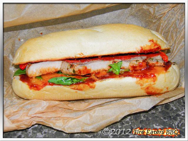 Ein Sandwich mit Minutensteaks, Paprika und Cheddar