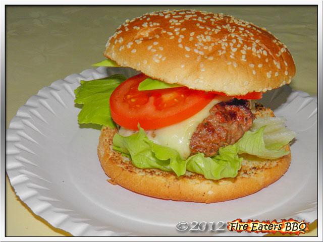 Ein fertig angerichteter Burger