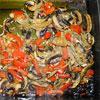 Champignons vom Grill mit Paprika und Zwiebeln
