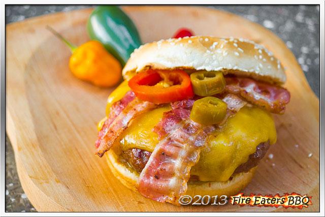 """Ein Burger """"Thai Style"""" fertig zum Verzehr."""