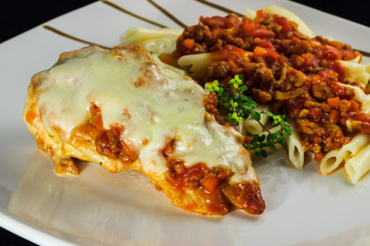 Überbackenes Bolognese-Putenschnitzel