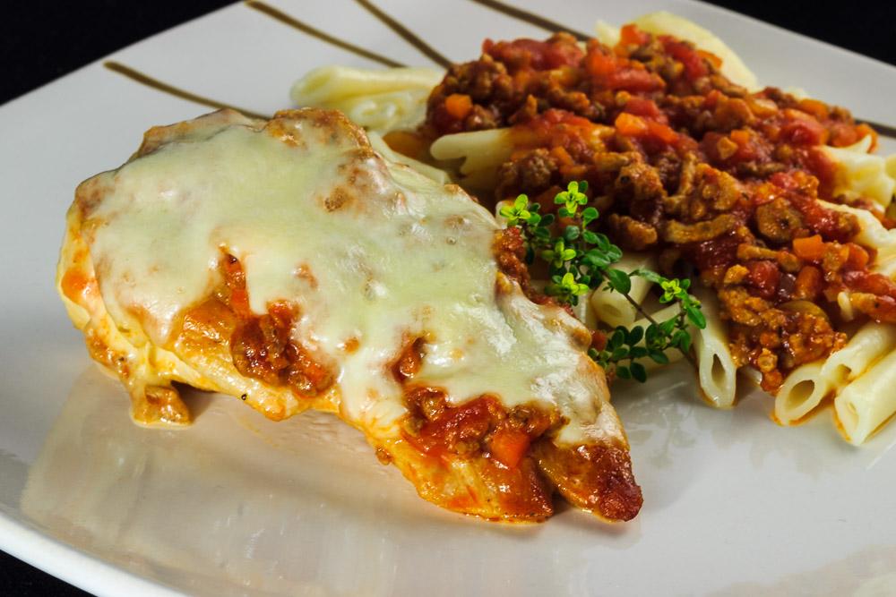 Überbackene Bolognese-Putenschnitzel