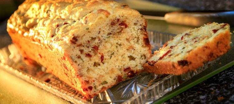 Selber Brot backen - ein Tomaten-Käse Brot