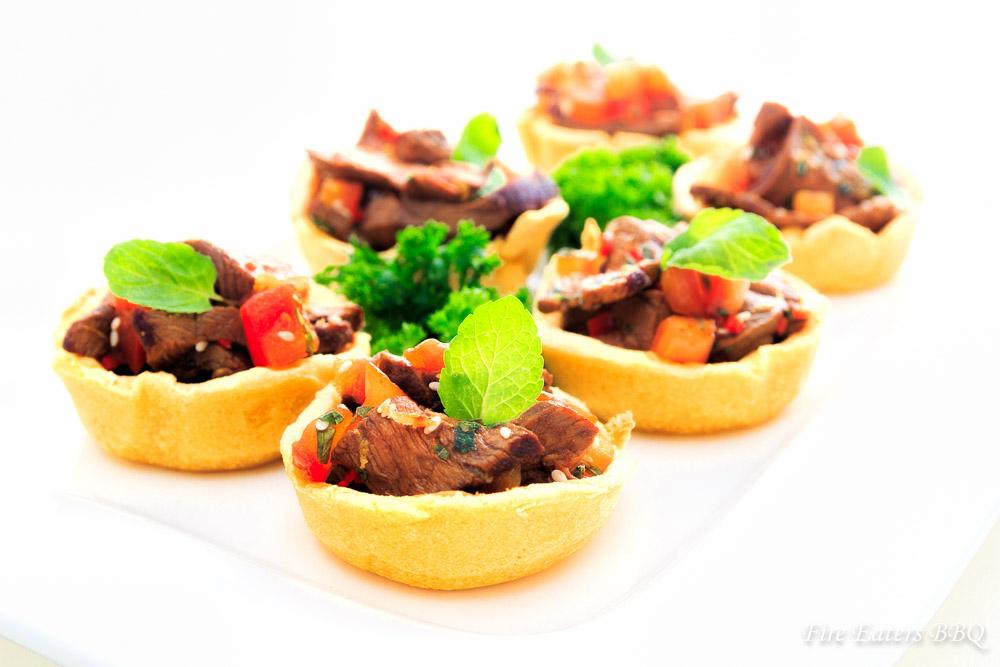 Fingerfood: Maistörtchen mit Rindfleisch-Salat