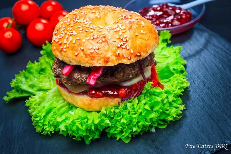 Reh-Burger mit Preiselbeeren, Birnen und Rotkraut