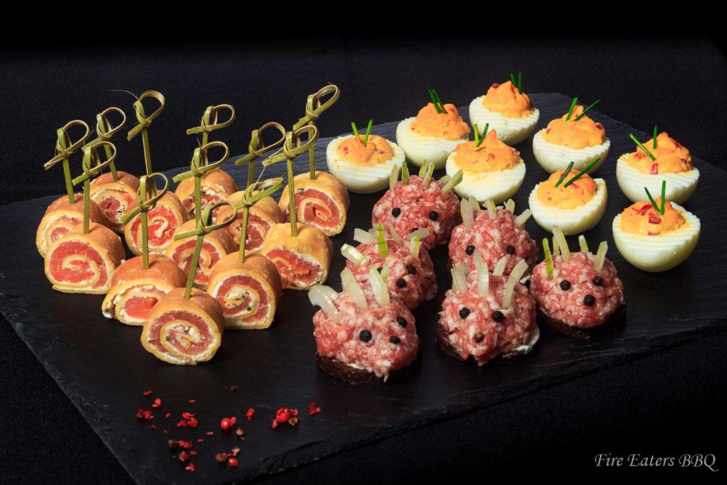 Foto - Kleines Silvesterbuffet mit Lachs-Crepes, Mini-Mettigeln und Spicy Deviled Eggs