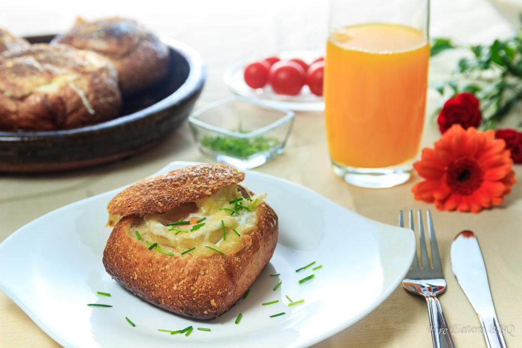 Foto - ein Frühstückstisch mit gebackenen Eiern im Brötchen