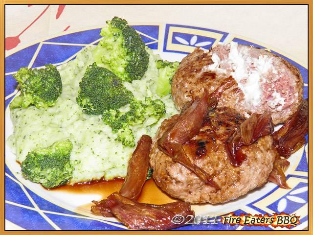 Cremig gefüllte Frikadellen mit Balsamico-Schalotten und Brokkoli-Kartoffel-Pürree