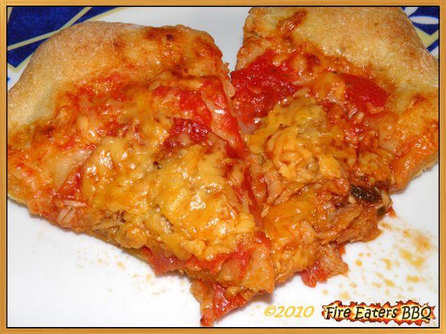 Zwei Stücke Pizza mit Thunfisch und Chorizo