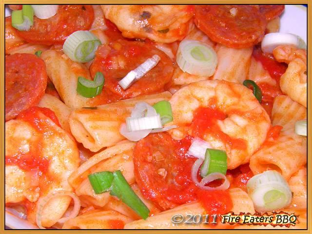 Rigatoni mit Chilisauce, Chorizo und Garnelen
