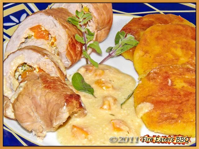 Schweineroulade mit Paprika-Kräuter-Frischkäse angerichtet mit Kartoffeltalern