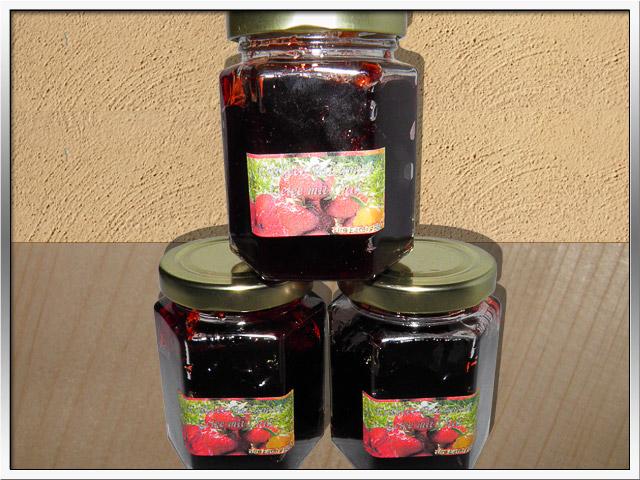 Bild - Einige Gläser des Erdbeer-Balsamico-Gelee mit Chili